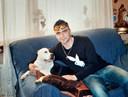 Cristian Dima op de bank in het huis van zijn moeder. De foto is van een aantal jaren geleden.