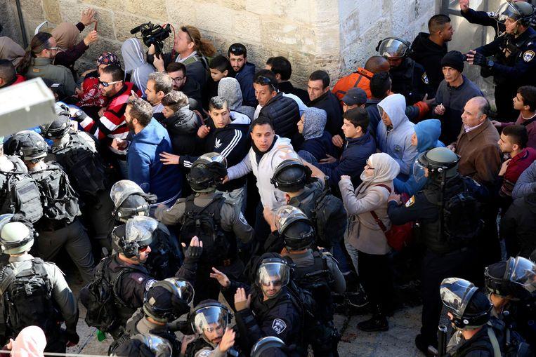 Palestijnen raken slaags met Israëlische oproeragenten in Jeruzalem. Beeld EPA