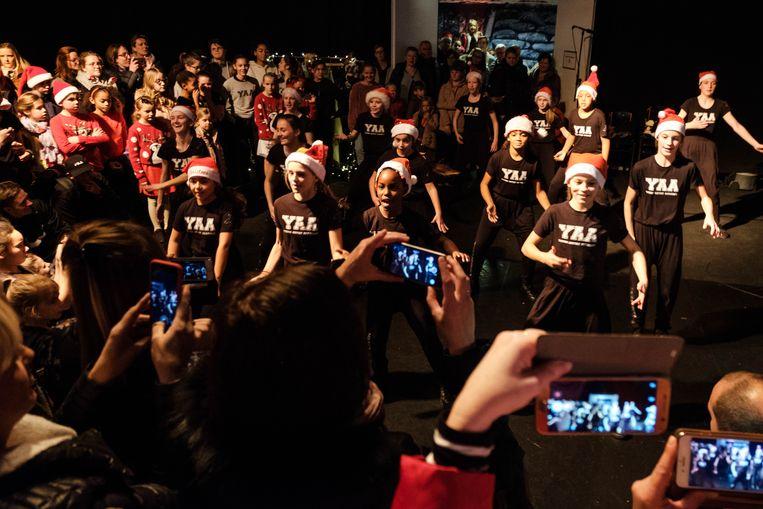 De kerstmarkt van Studio 100, met een optreden van de kinderen van Dansstudio IJvi Hagelstein.