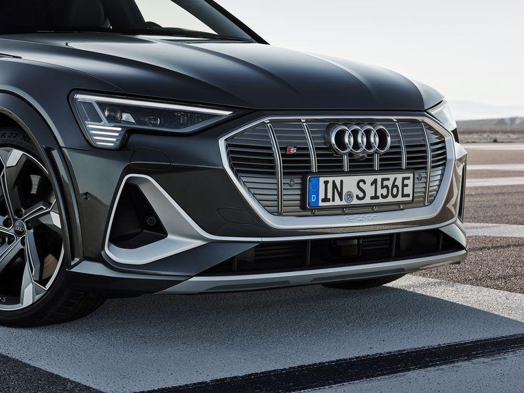 Audi staat bekend om het gebruik van reuzengrilles, een overdrachtelijke grote bek die hun 'dynamische inslag' moet overbrengen aan voorliggers. Dat de volledig elektrische modellen ook zo'n enorme grille hebben, is feitelijk nergens voor nodig. Maar het is nu eenmaal een belangrijke visuele eigenschap, vandaar dat de Audi-ontwerpers er voorlopig op blijven teruggrijpen. Beeld