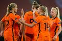 Katja Snoeijs en Jackie Groenen vieren de 5-0 tijdens tegen Estland.