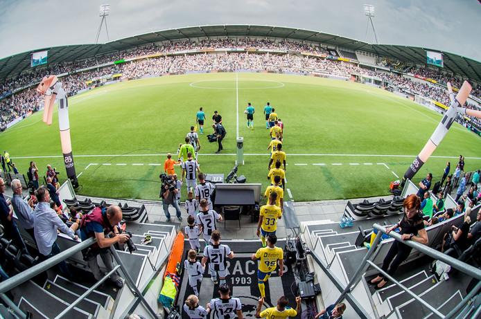 Een goed gevuld Polman Stadion bij de wedstrijd Heracles Almelo - FC Arouca.