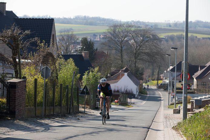 Illustration. Un cycliste gravit le Berendries à Brakel.
