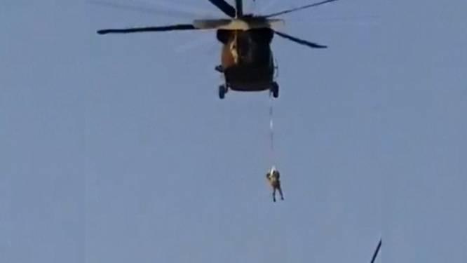 UITGELEGD. Daarom hangen de taliban een man uit een helikopter