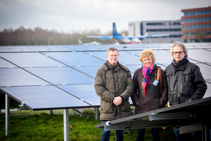 Jos Leenders (namens de vliegbasis betrokken bij het park), woordvoerster Marieke van Wijnen en Ad van de Ven (vlnr) op het zonnepark, dat bijna gereed is.