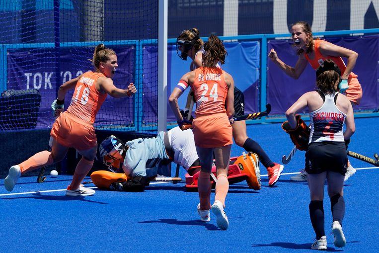 Blijdschap bij de Nederlandse hockeysters na hun vijfde doelpunt.  Beeld AP