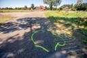 Gele strepen markeren de plek waar de trekker en de fietsen uiteindelijk terecht zijn gekomen.