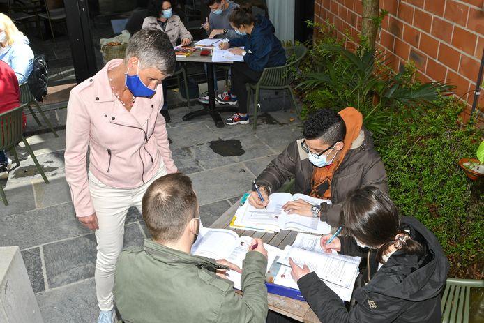 Cursisten NT2 van CVO CREO volgden maandag les op het terras van café Verne en vroegen zo op een ludieke manier aandacht voor de nog steeds geldende code rood in het volwassenenonderwijs.