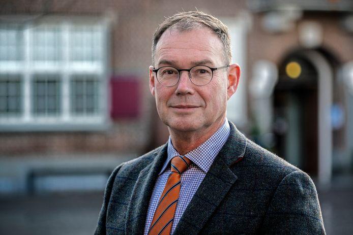 Burgemeester Ronald van Meygaarden op de markt voor het gemeentehuis. Hij zegt sorry voor het debacle met de inwoners-enquête.