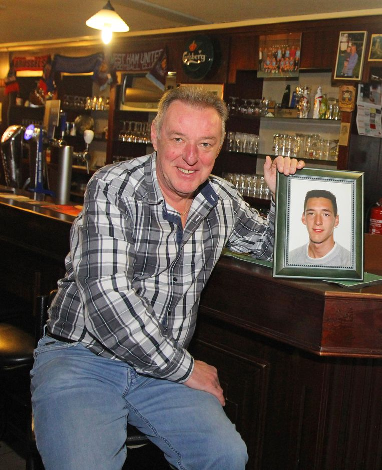 Swat Van der Elst in 2012, met een foto van zijn betreurde zoon Kevin.