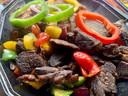 Schotel met geroosterd geitenvlees, vis en kip. Vooral de geit is verrassend lekker; knapperig van buiten en mals van binnen.