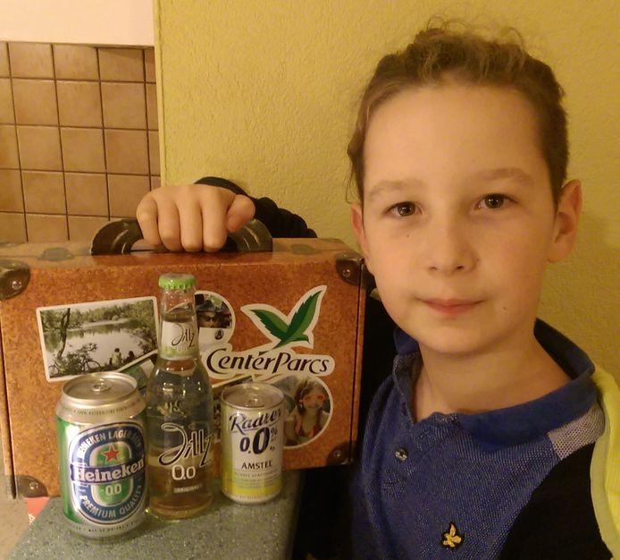 Otis Cohen (10) kreeg het welkomstpakket bij het inchecken.