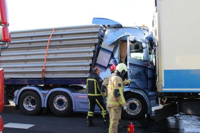 De achterste van de drie vrachtwagens was geladen met vangrails en beschadigde dermate dat hij moest worden afgesleept.