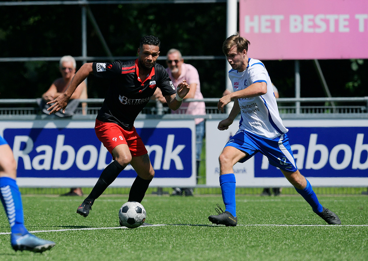 Unitas-nieuwkomer Jeremy van Uunen (links) in duel met Sliedrechter Tim van Stek.