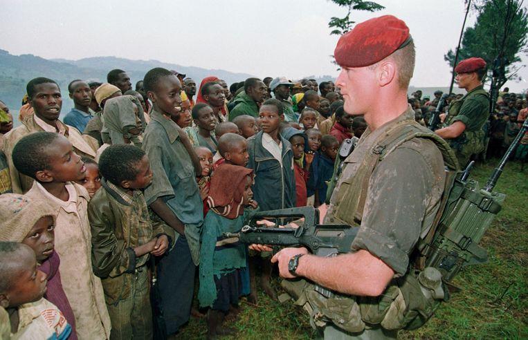 Twee Franse soldaten bewaken een vluchtelingenkamp van de Tutsi's in 1994. Beeld AFP