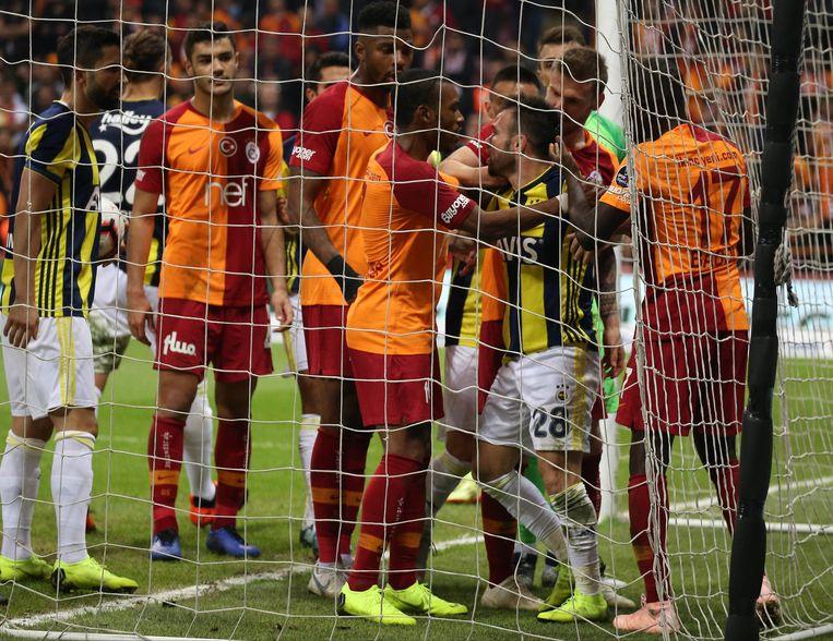 Mathieu Valbuena omsingeld door oranje-rode truitjes.