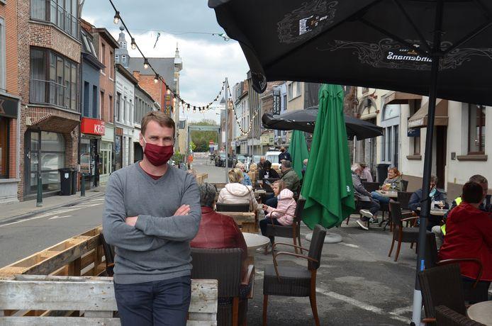 Steven Van Bont, de nieuwe uitbater van café In Den Keizer in de Burchtstraat in Ninove, bij zijn uitgebreide terras.