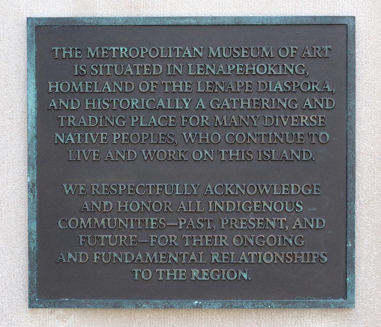 De plaquette op de gevel van het museum. Beeld Bruce Schwarz/Metropolitan Museum of Art New York