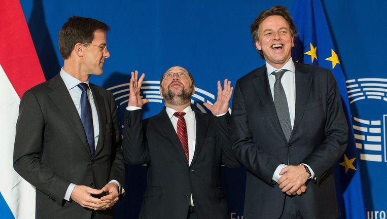 Premier Rutte, EU-parlementsvoorzitter Martin Schulz en minister Koenders woensdag in Straatsburg. Beeld epa