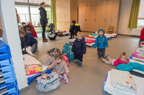 In een zaaltje van basisschool Sint-Jozef staan bedjes klaar.