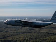 Commando's springen boven Wamel uit C-130 Hercules tijdens militaire oefening die weken duurt
