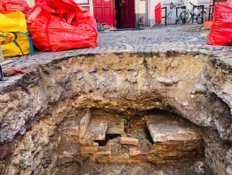 Schedel en resten van grafkelder ontdekt onder straat in Brugge-centrum