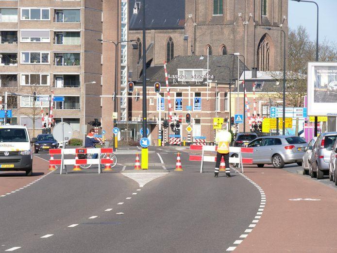 De Oldenzaalsestraat is zondag tijdelijk afgesloten vanwege de reconstructie.