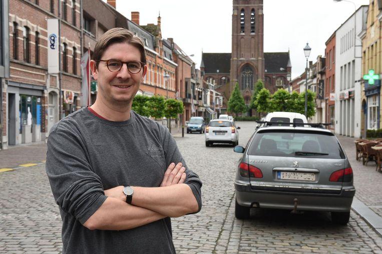 Schepen Koen Van Steenbrugge in de Kerkstraat in Avelgem. Er komt éénrichtingsverkeer in de straat, richting kerk.