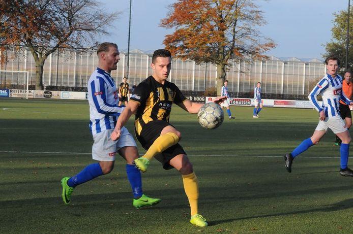 Ralf van Beek in actie voor De Valk tegen Someren.