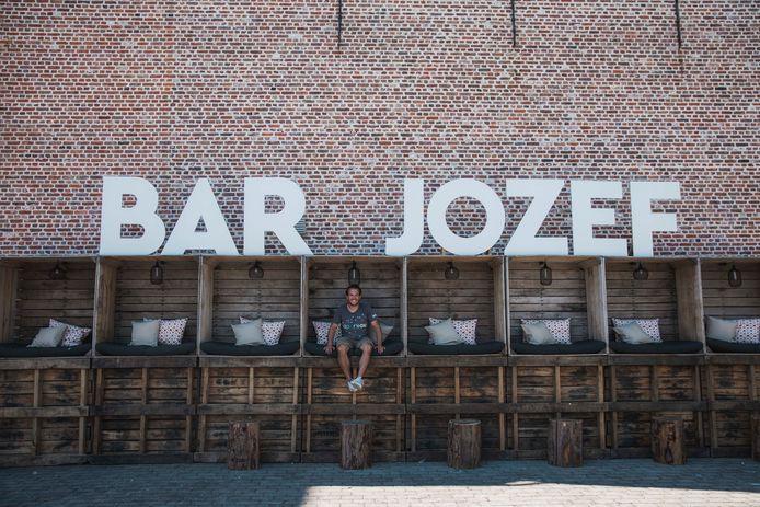 Mathijs Reenaers, één van de mede-organisatoren, aan Bar Jozef.
