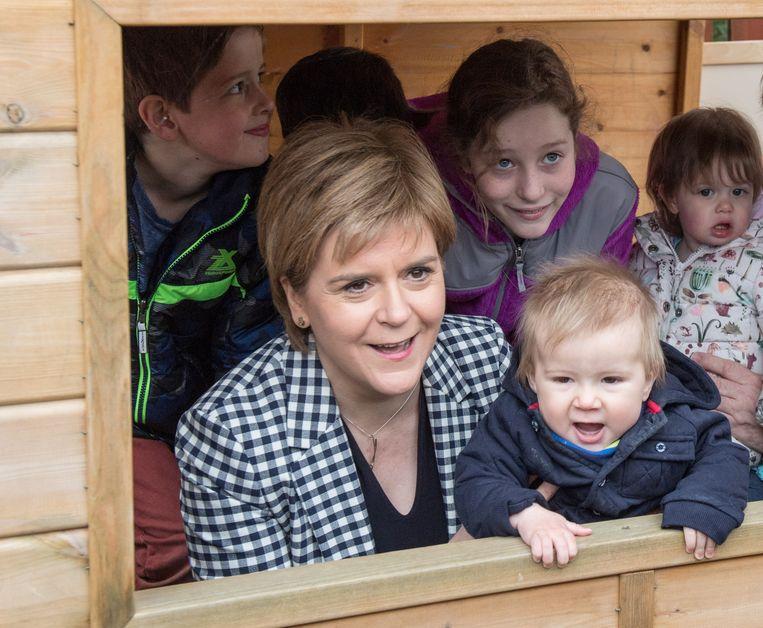 De Schotse premier Nicola Sturgeon tijdens een campagnebezoek aan een crèche.  Beeld AFP