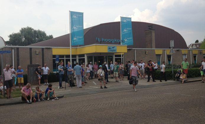 Toeschouwers verzamelen zich voor sporthal 't Hoogkoor.