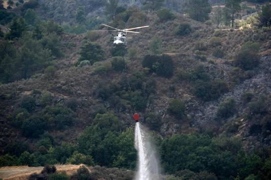 Een helikopter van het Britse leger helpt met blussen.