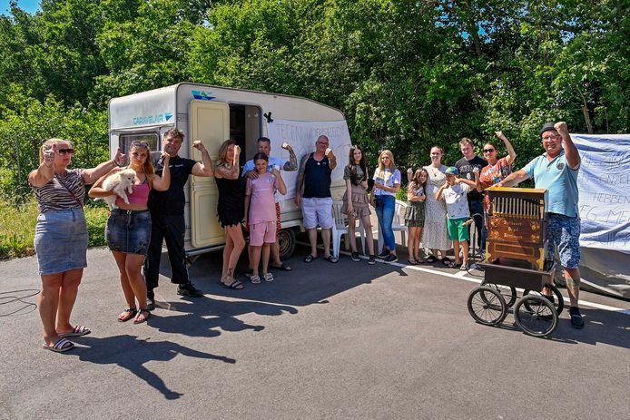 Protesterende Roosendaalse woonwagenfamilies hebben wat caravans weggezet op een parkeerterreintje naast sportpark Vierhoeven.