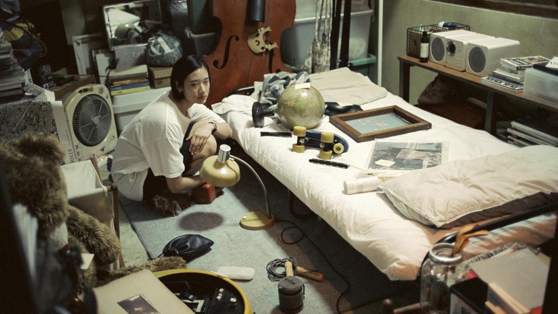 De Thaise Jean tussen haar oude spullen. Beeld IFFR
