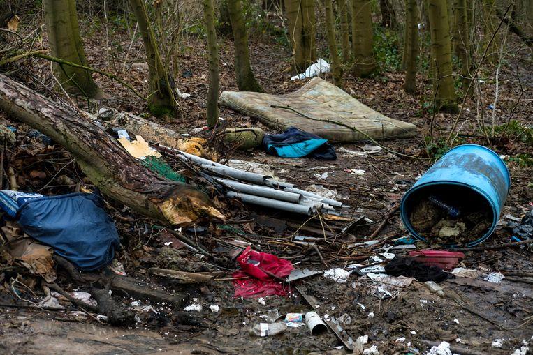 Achtergelaten afval in een bosje in Groot-Bijgaarden. Beeld