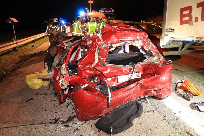 Voor de twee inzittenden van de rode Peugeot kan geen hulp meer baten. Ze overleden ter plaatse.