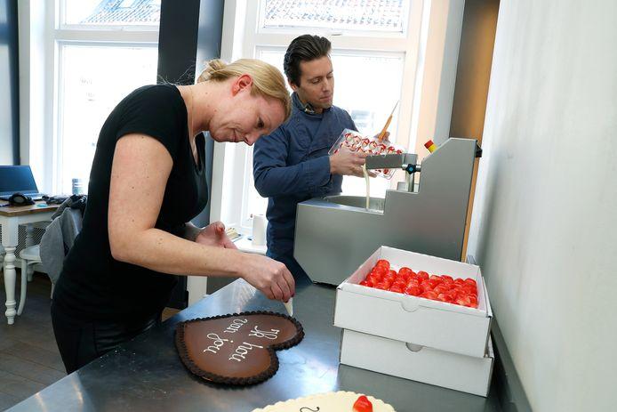 Nicole van Voorst en Daniël Smit zijn hard aan het werk in Chocolaterie Alberdeco in Doesburg om Valentijnsdag tot een succes te maken.