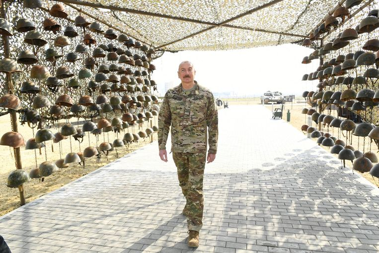 De Azerbeidzjaanse president Ilham Aliyev in het Militaire Trofeeën Park, dat de militaire uitrustingen toont van omgekomen Armeense militairen. Beeld AFP