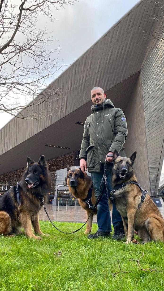 Voor hondenuitlater Joris Janssen blijft de agenda vol met de naderende avondklok.