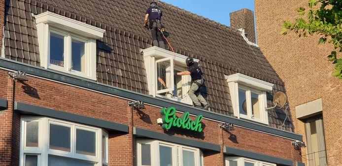 Het arrestatieteam beklimt het dak, op weg naar de Duitse man. Iets later zou hij van het dak af springen. Met fatale gevolgen, zo blijkt nu.