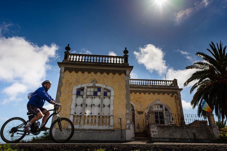 Bert Sitters op zijn e-bike op La Palma. Beeld Jessica de Korte