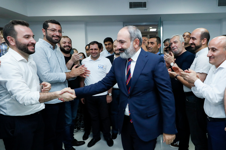 De Armeense premier Nikol Pasjinian begroet zijn partijgenoten na het uitroepen van de overwinning in de verkiezingen.  Beeld AP