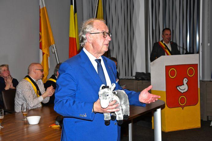 Tien jaar jumelage Kuurne Marcq en Baroeul - Burgemeester Bernard Gerard kreeg symbolisch een pluchen ezel maar hij krijgt ook een echte.