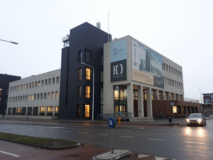 Aan de buitenkant is het voormalige belastingkantoor deels van kleur verschoten.