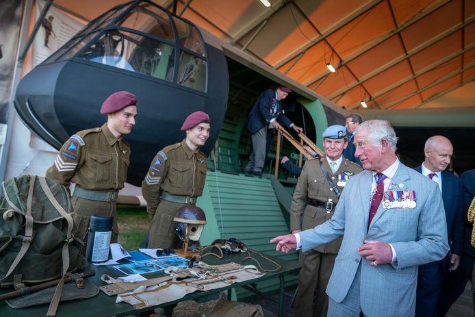 Prins Charles bekijkt en bezoekt de Horsa in Oosterbeek.