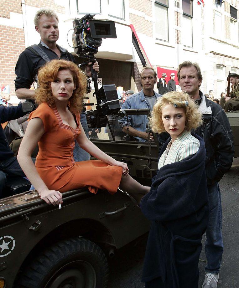 De actrices Halina Reijn en Carice van Houten, regisseur Paul Verhoeven en de opnameleider op de set van de nieuwe Nederlandse film Zwartboek. Beeld ANP