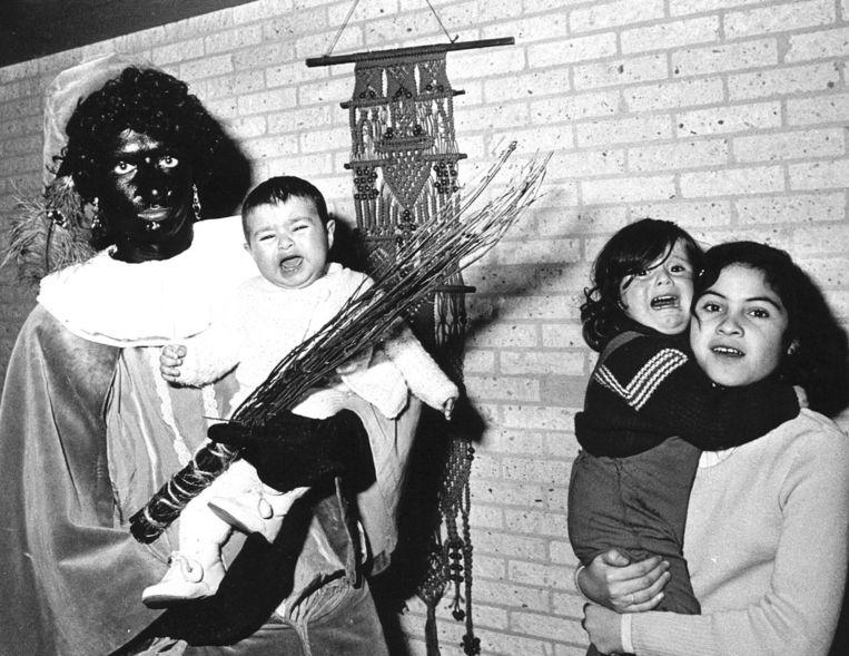 Chileense vluchtelingen in een opvanghuis in Putten in 1976 krijgen bezoek van Sinterklaas. Beeld anp