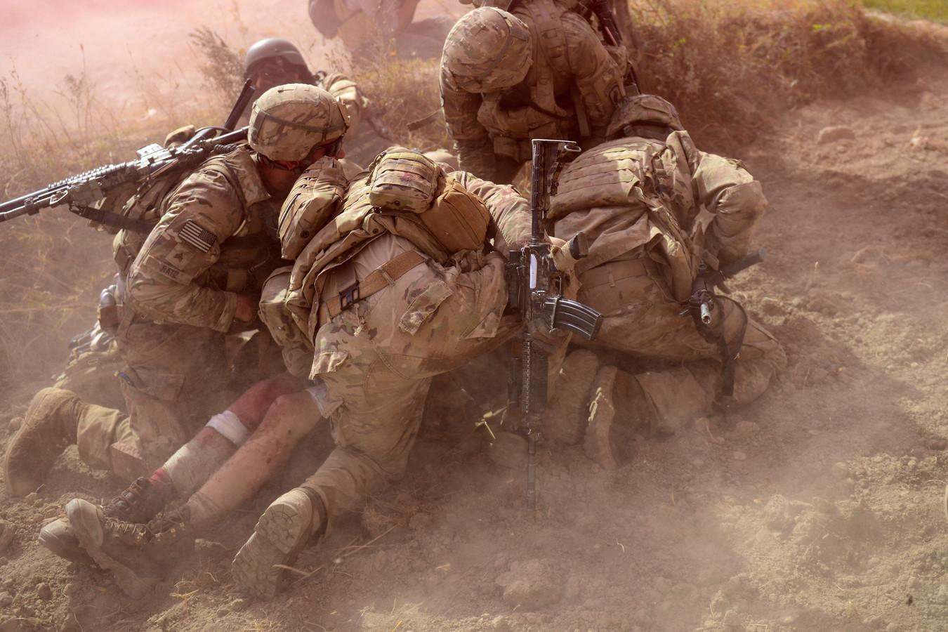 Amerikaanse militairen in Afghanistan ontfermen zich over een gewonde kameraad.