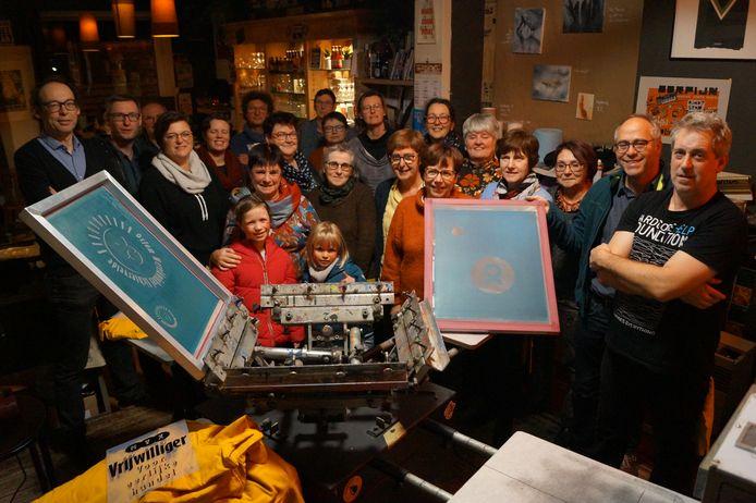 De vrijwilligers van Oxfam Lichtervelde bereidden zich voor op de Oxfam-cadeaudagen in OC De Schouw met een zeefdrukworkshop bij Niek Devos van PrintBaar. De medewerkers lieten er nieuwe t-shirts bedrukken.